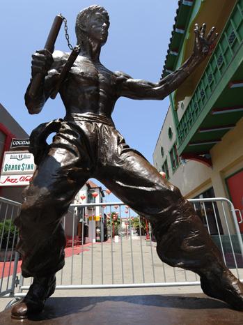 первый памятник Брюсу Ли в США 1