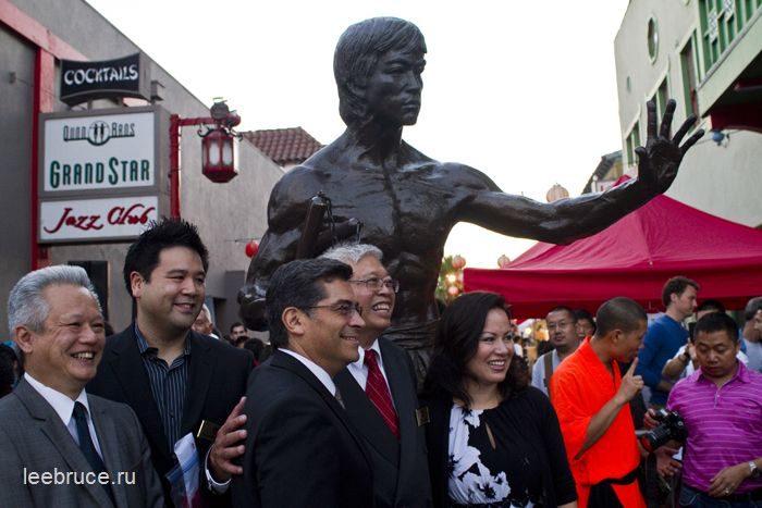 первый памятник Брюсу Ли в США 3