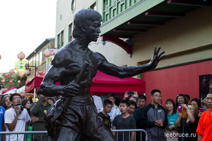 первый памятник Брюсу Ли в США 2