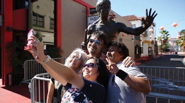 первый памятник Брюсу Ли в США 4